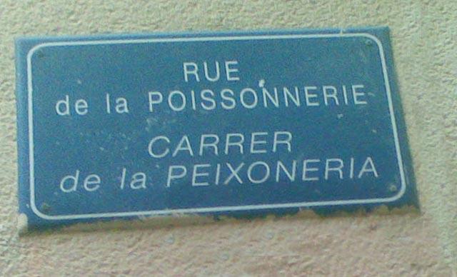 plaques de nom de rue en catalan à l'occasion des Fêtes de la Sant-Jordi au Moulin a Vent ″ Pyramide de livres ″