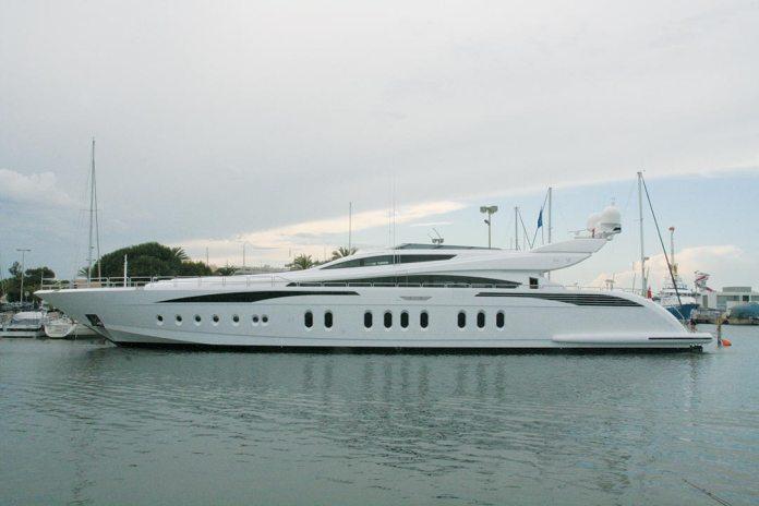 La rumeur a couru, début juillet 2013, que la chanteuse mondialement connue, Shakira, avait installé son yacht dans le port de Saint-Cyprien, photo (ci-dessus) à l'appui ! En fait, il s'agirait plutôt du bateau (de 46 mètres de long tout de même !) d'une autre célébrité internationale, la chanteuse Sabrina, loué pour l'été et faisant étape pour se ravitailler en carburant à Saint-Cyprien... avant de reprendre la mer pour Ibiza !