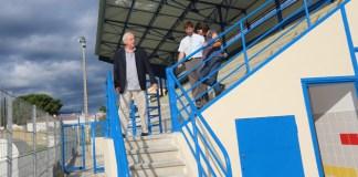 C'est un des principaux chantiers menés par la Ville au cours des dernières semaines : suite à l'accession en Division d'Honneur de l'équipe première du Football club Albères Argelès, association utilisatrice des lieux, les vestiaires du stade du Marasquer ont fait l'objet d'une remise aux normes imposée par la Ligue de Football. Un local pour les arbitres entièrement équipé (toilettes, douches privatives, infirmerie) a été créé. Les douches et les toilettes ont fait l'objet d'une reconfiguration complète. Désormais, le bâtiment est intégralement accessible aux personnes à mobilité réduite. Il bénéficie également d'installations synonymes d'économie d'énergie : éclairage LED sur détection de présence ; chauffage, également sur détection de présence. D'autres travaux ont été finalisés : l'étanchéité des gradins recouvrant les vestiaires, la remise en peinture intégrale du site, la pose d'une clôture de protection autour des tribunes. Dans le même secteur que le stade, les travaux de la cantine Curie-Pasteur avancent à grand pas. Livraison prévue en janvier prochain. Un communiqué sur ce chantier vous sera prochainement adressé.