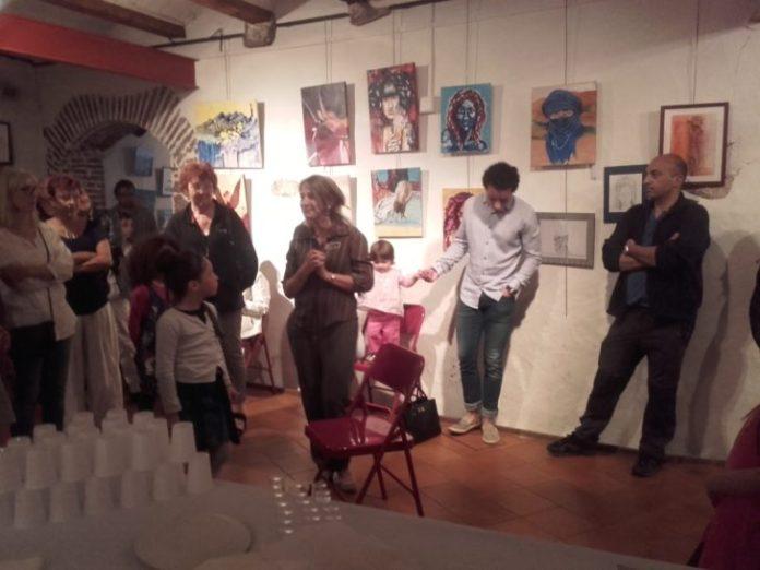 Marguerite présentant l'exposition