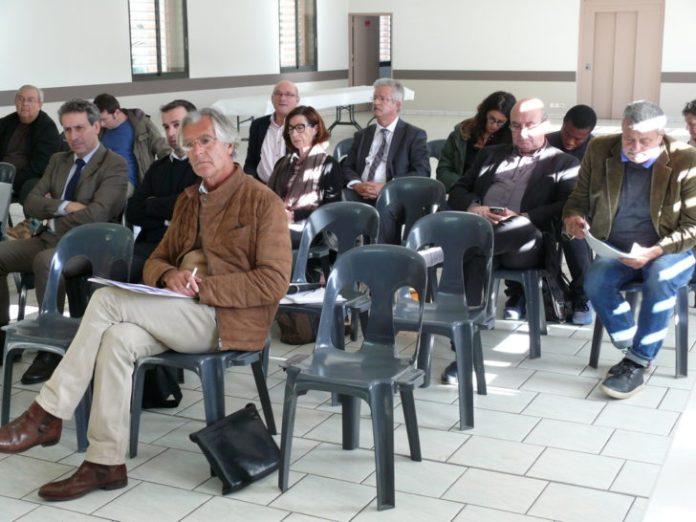 Des participants prennent des notes.