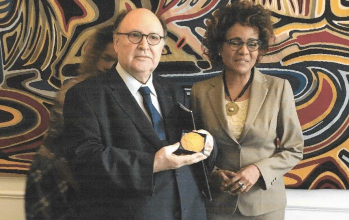 albert-lourde-recoit-la-medaille-senghor-plus-haute-distinction-de-la-francophonie