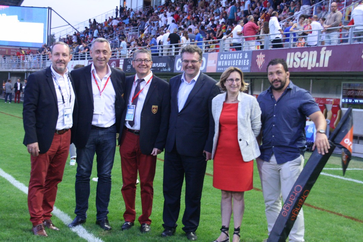 Romain Grau aux côtés des joueurs de l'USAP et du Président François Rivière