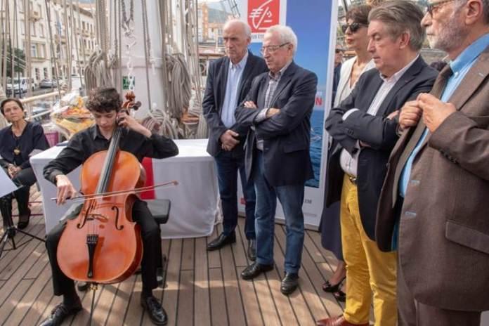 le-jeune-virtuose-joel-geniet-joue-pour-le-belem