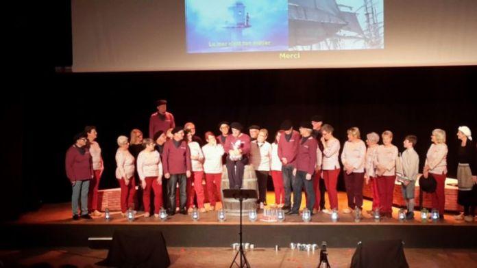 Le Belem accompagné par des chants de marins...
