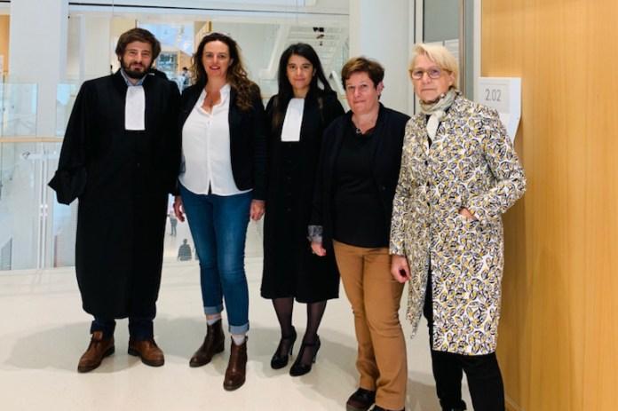 Martine Martin (2e en partant de la gauche), les déléguées Aquitaine et Ile-de-France de l'Apesac et les avocats de l'association.