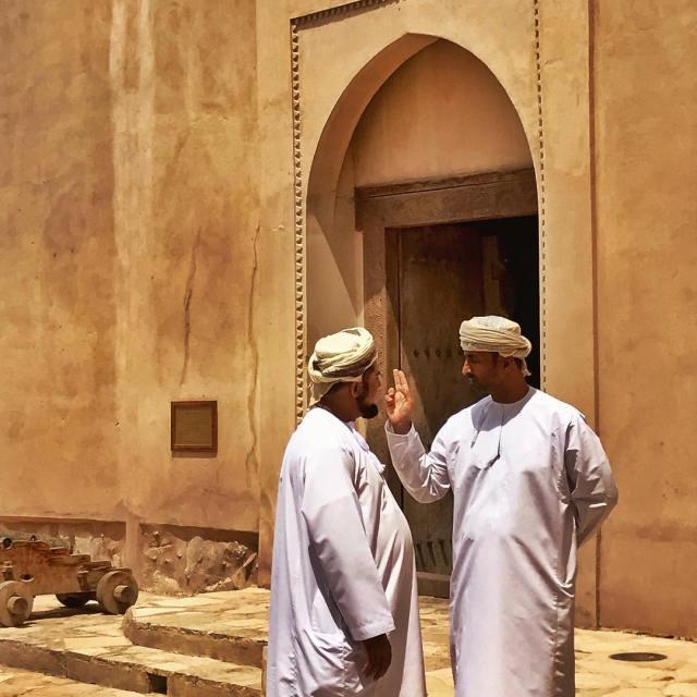 Discussion omanaise dans le fort de Nizwa oovatu oman igershellip