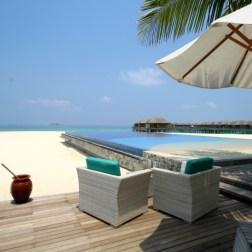 Le bar de l'hôtel JA Manafaru au bord de la plage
