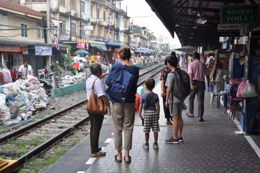 La petite tribu de Frédéric sur le quai de la gare à Bangkok