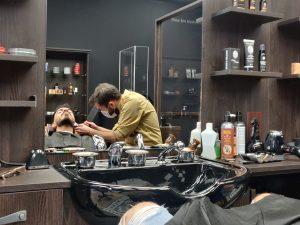 Les barbiers retaillent la barbes de leurs clients même en période de Covid. / Crédit : Bary Isaac