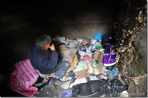 hombre-sin-hogar-vive-en-tumba-abandonada-6