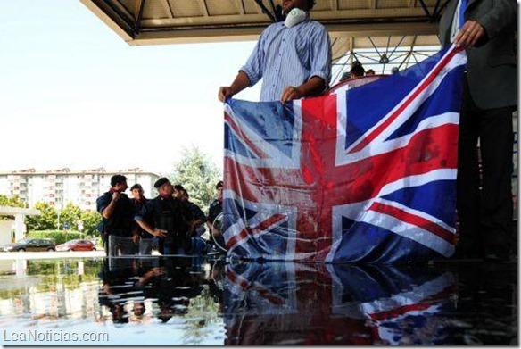Policía británica no podrá usar cañones de agua frente a disturbios