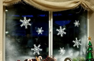 Christmas Window Decorations using Window Snow Spray