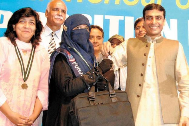 Amina Riaz with Hamza Shahbaz with key of car