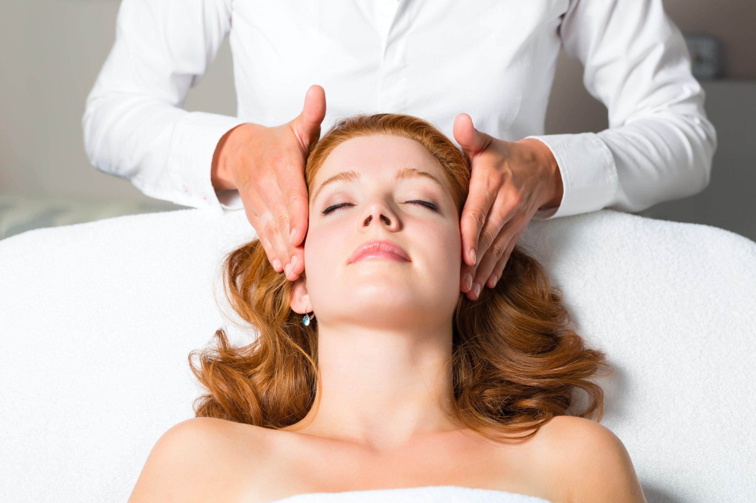 Spa wellness frau  Wellness - Frau erhlt Kopfmassage in Spa | Learn Reiki Philadelphia