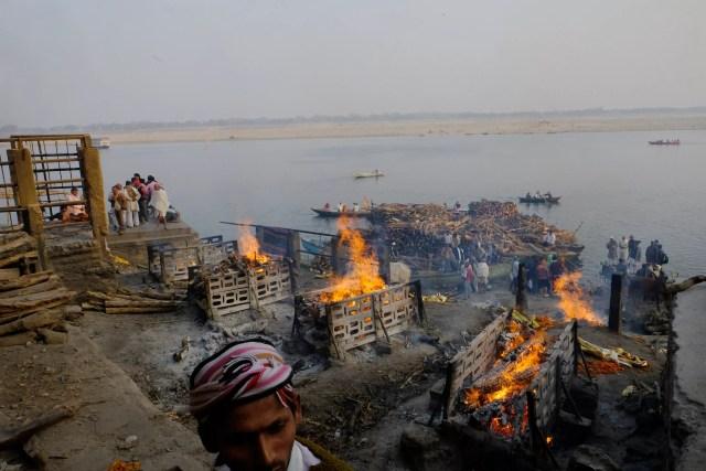 Cerimônia de cremação no rio Ganges