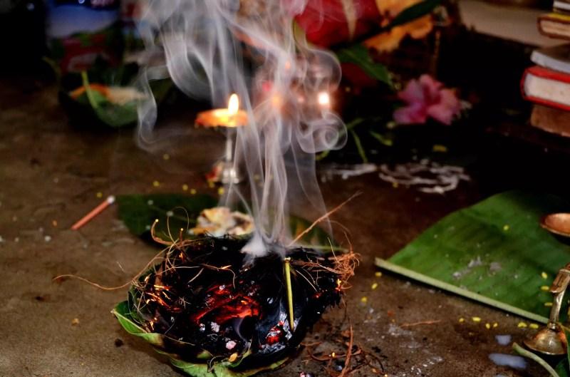 Gros plan, brûler, encens, feuille, temple