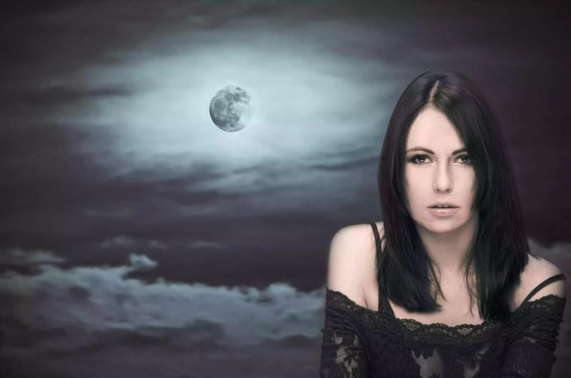 Femme devant la pleine lune