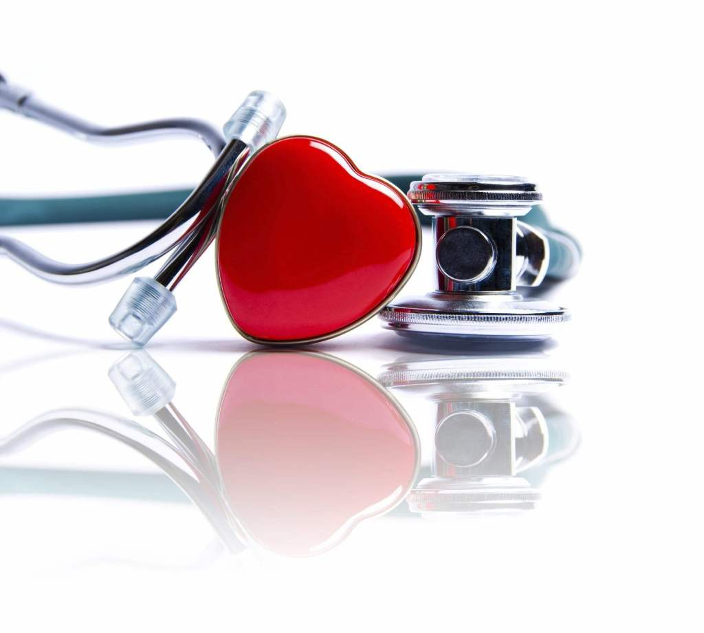 Imagen de un corazón con un fonendoscopio