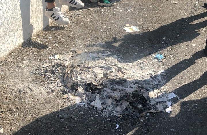 Photo of بالفيديو- حرق كتب التاريخ أمام وزارة التربية إحتجاجاً