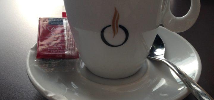 Tasse Kaffee am Flughafen