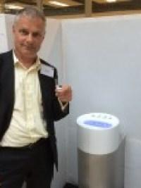 Direktor Jan Melier mit dem 10 Milliliter Becher Wasser vor dem Hydrowashr (Foto: Gendries)IMG_2423