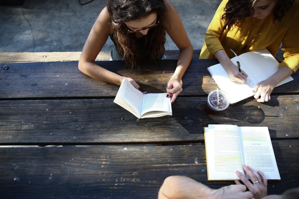 junge Frauen beim Deutsch lernen in der Gruppe