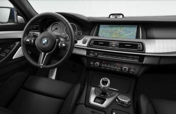 """L'intérieur profite du nouveau volant """"M"""" ainsi que de l'i-Drive Touch"""