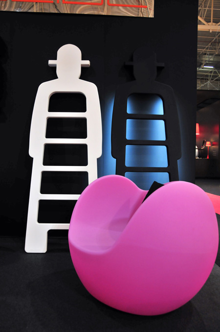 Rocking chair Blos rose par Karim Rashid