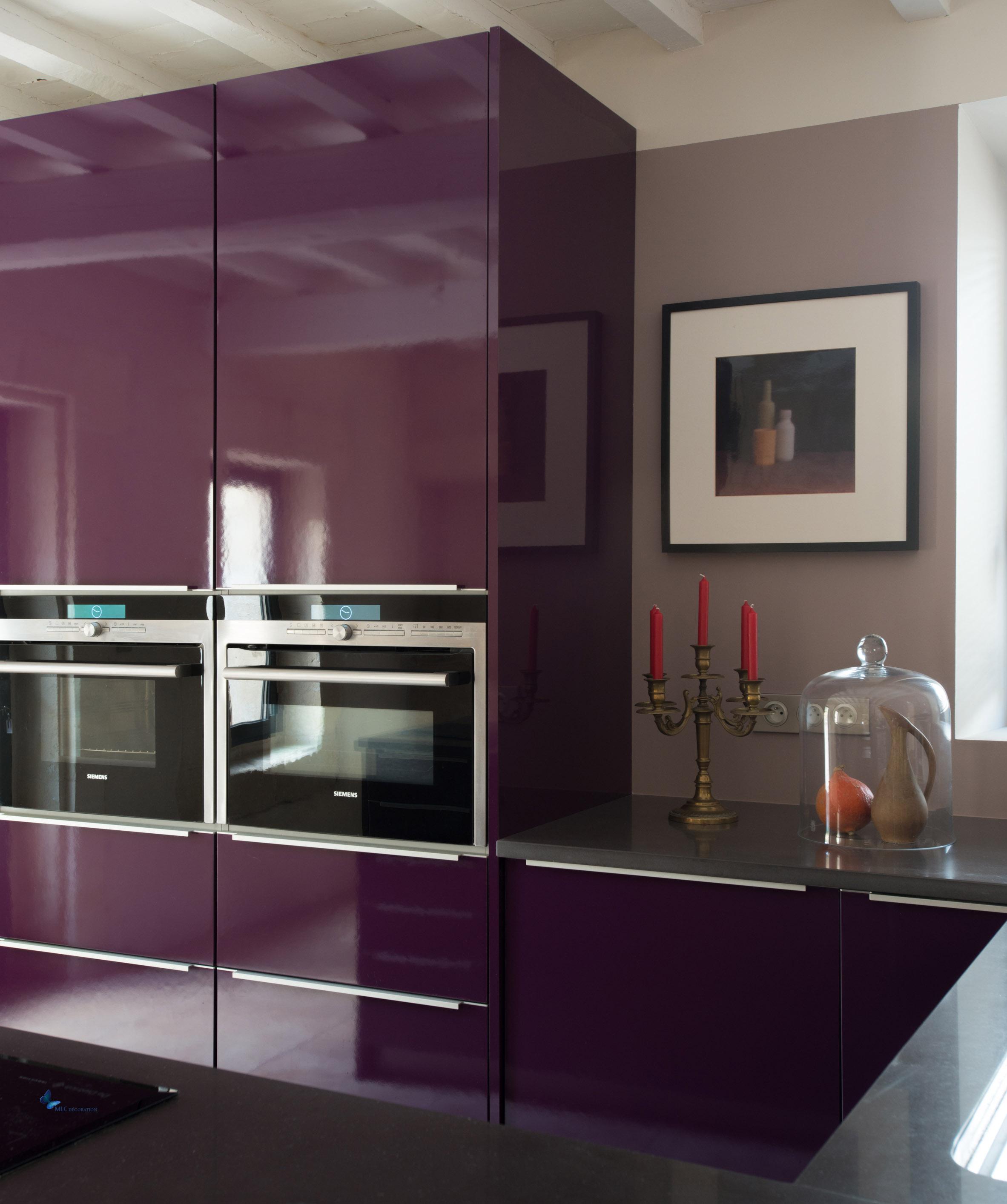 Des jolies couleurs pour la cuisine : grise, noire, aubergine, rose