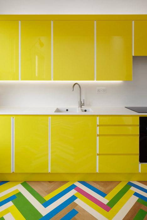 parquet-chevron-alterné-Cuisine-jaune-detail