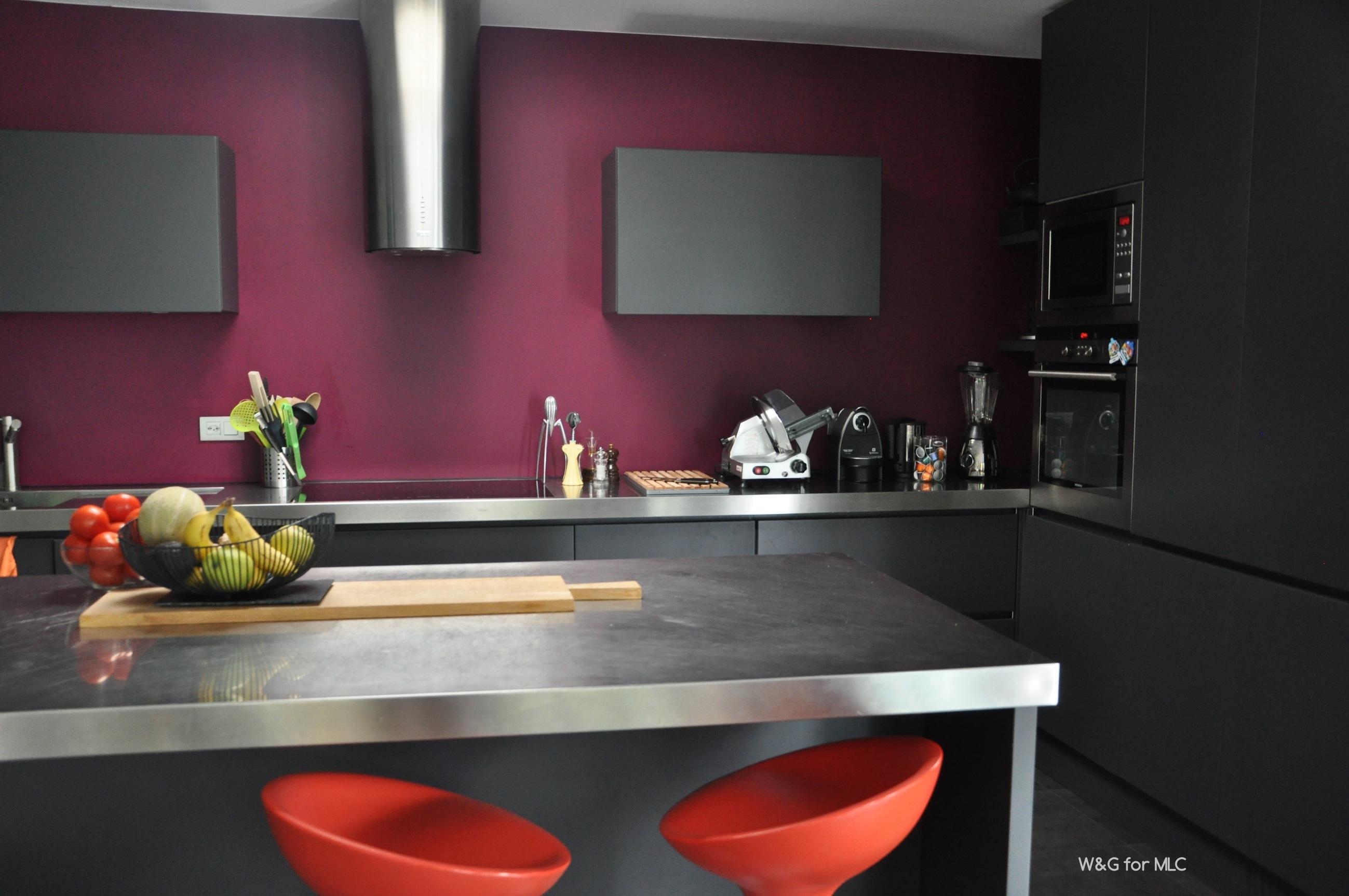 Villa design - un intérieur déco coloré dans un écrin de verre et