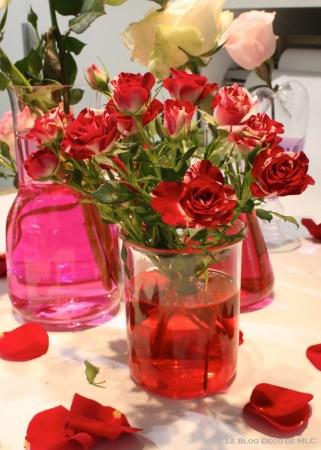 DIY-Saint-Valentin-une-jolie-composition-roses-rouges-et-eau-colorée-rouge