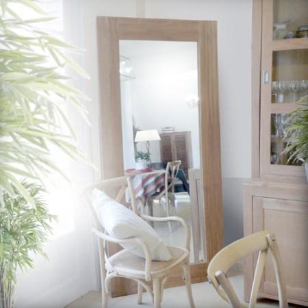 Les-meubles-en-bois-brut-dans-la-déco-Miroir-tikamoon