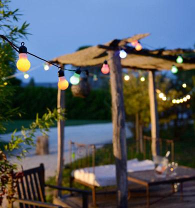 Eclairer-la-terrasse-le-soir-avec-des-luminaires-déco-guirlande-multicolore