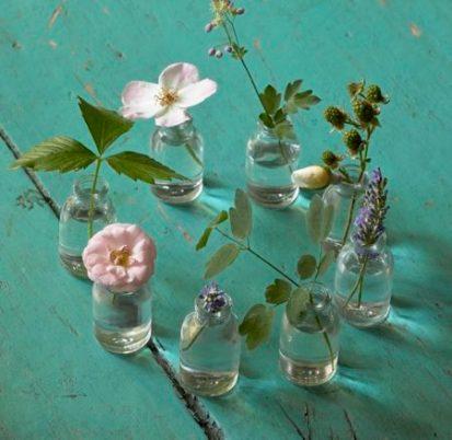 Un-salon-vert-et-fleuri-pour-une-déco-de-printemps-petits-vases-botanique-editions