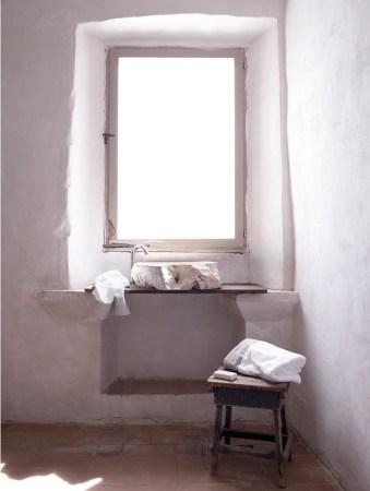 lin-céramique-blanc-maison-teintes-naturelles-lavabo-pierre