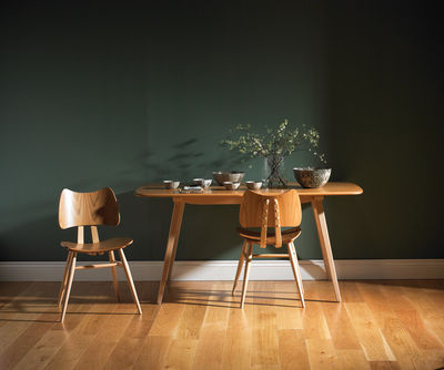 Mur-vert-émeraude-ses-associations-dans-ma-déco-table-bois-clair-fond-vert