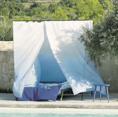 Déco-d-été-Balade-des-fauteuils-design-au-bord-de-l'eau-tie-dye-rideaux-designer-guild