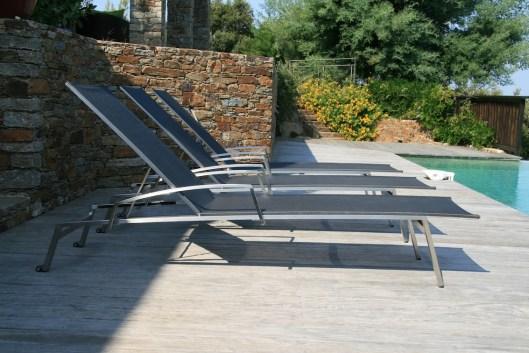 chaise-longue-transat-noir-piscine