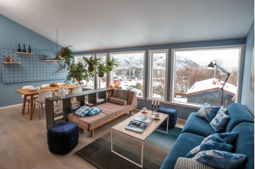 Intérieur scandinave bleu - cuisine noire et lambris bois moderne