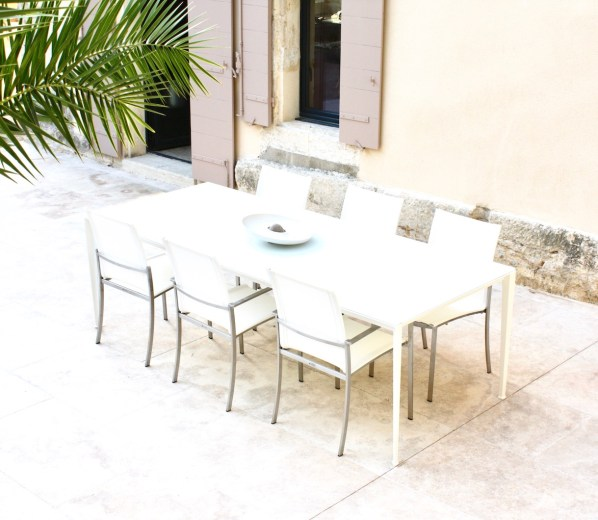 volet-rose-terrasse-table-blanche
