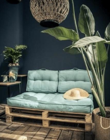 petit canapé avec matelas palette et plante verte