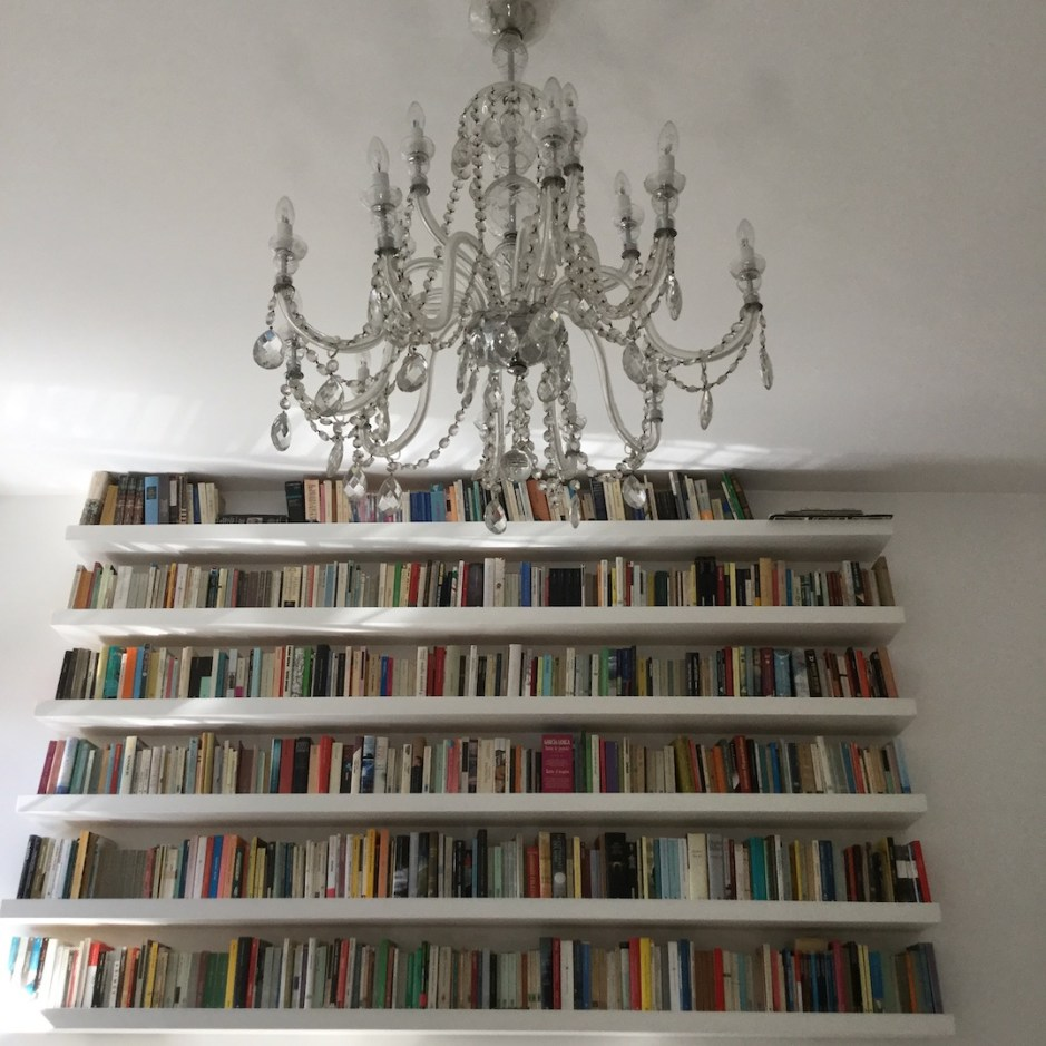 mur-bibliotheque-idee-deco-salon-blanc-deco
