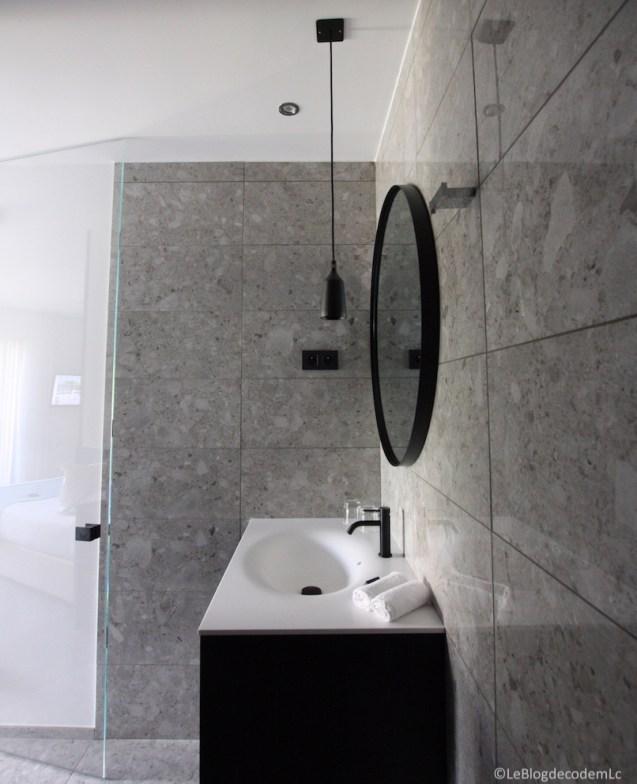 salle-de-bain-design-noir-hotel-corse-mariosa