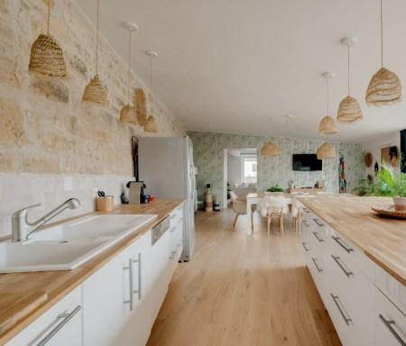 cuisine-blanche-et-bois-deco-boheme-chic-maison-by-chris