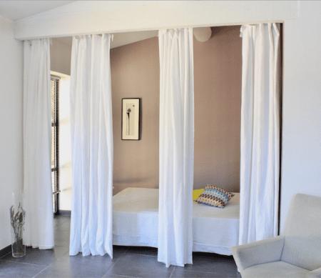 cabanon-de-jardin-amenagement-rideau-separation-chambre