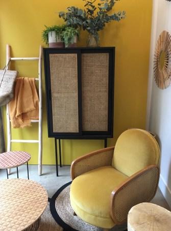 jaune-pantone-au-mur-et-fauteuil-deco-maison