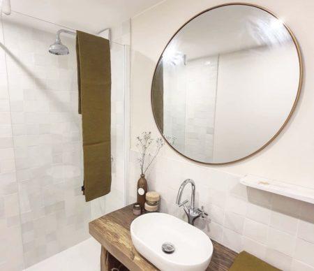 salle-de-bain-blanche-meuble-vasque-bois