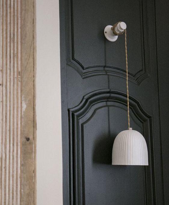 suspension-baladeuse-chambre-en-porcelaine-blanche-mur-bleu